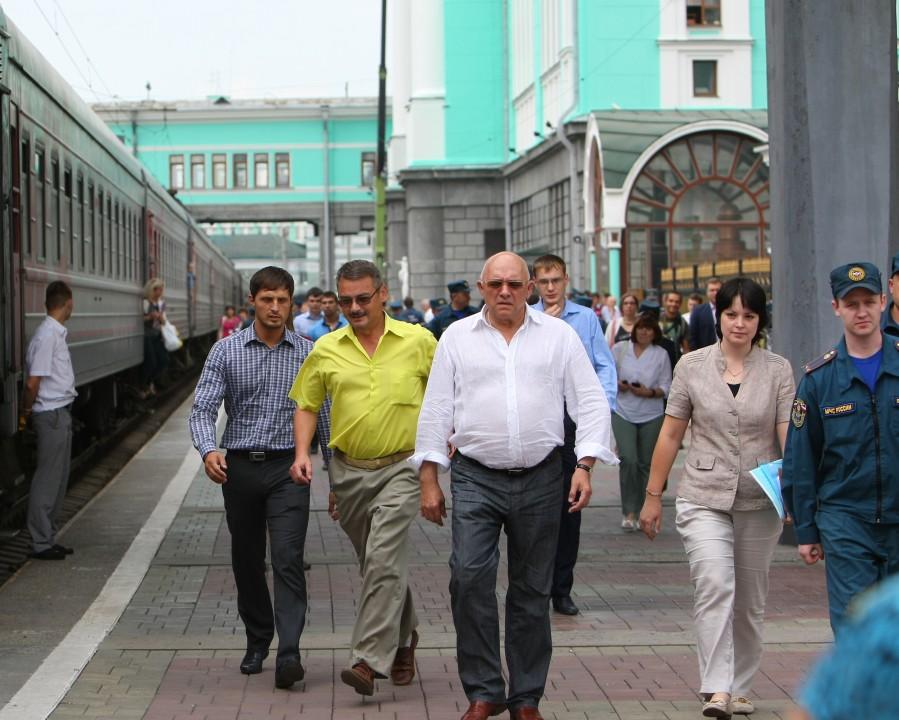 Сергей Пыхтин лично контролировал процесс распределения беженцев по ПВР. Фото предоставлено Минсоцразвития НСО