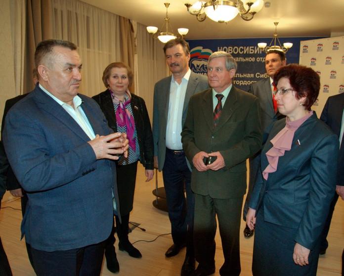 Секретарь новосибирского отделения ЕР Валерий Ильенко (слева) отмечает, что есть предпосылки к возможному снятию с праймериз некоторые из участников предварительного голсоования