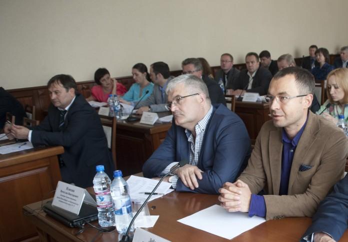 Вячеслава Илюхина (второй справа) доводы представителей новосибирской администрации не убедили, а их прогнозы о доходах бюджета он назвал фантастическими