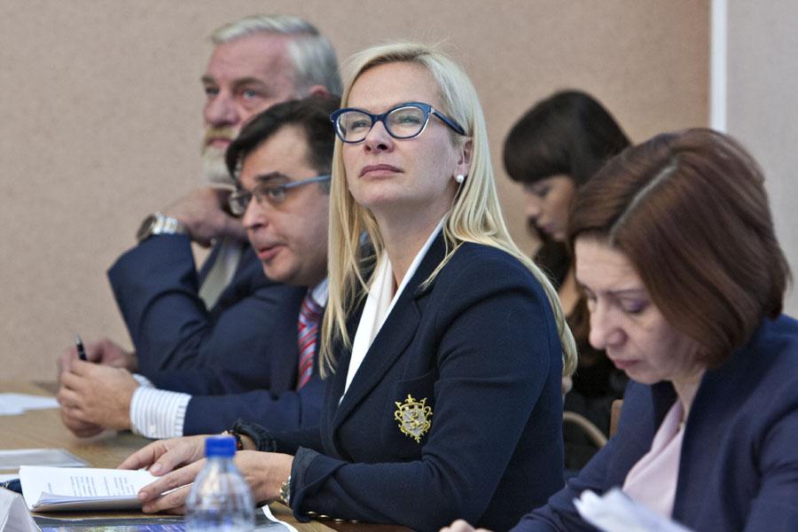 Судя по декларации Анны Терешковой (вторая справа) годовой доход на двоих с ее супругом составил три миллиона рублей