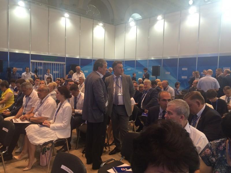 В составе новосибирской делегации на съезде ЕР также присутствуют Андрей Шимкив и Александр Кулинич (справа налево)