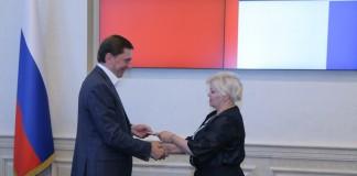 Ольга Благо (справа) вручила Виктору Игнатову (слева) удостоверение кандидата в депутаты Госдумы