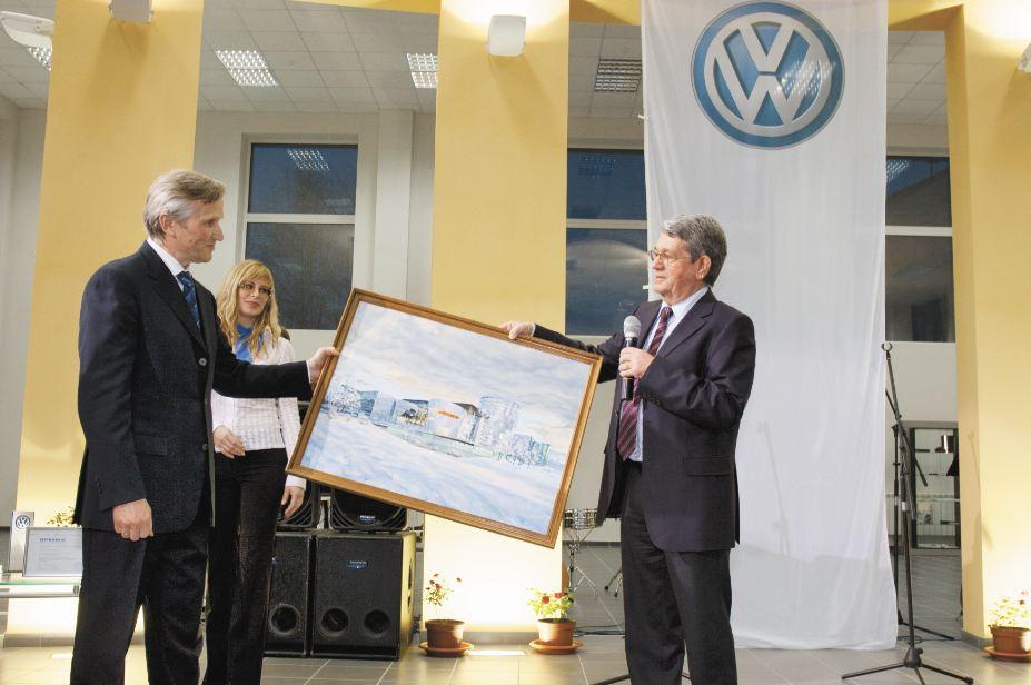 Volkswagen одним из первых среди дистрибьюторов применил к своему давнему партнеру «МАКС Моторс» такую меру, как изъятие неоплаченных автомобилей. На фото слева - генеральный директор ГК «МАКС Моторс» Владимир Сафронов. Фото с открытия дилерского центра Volkswagen в 2007 году. Фото Михаила Перикова