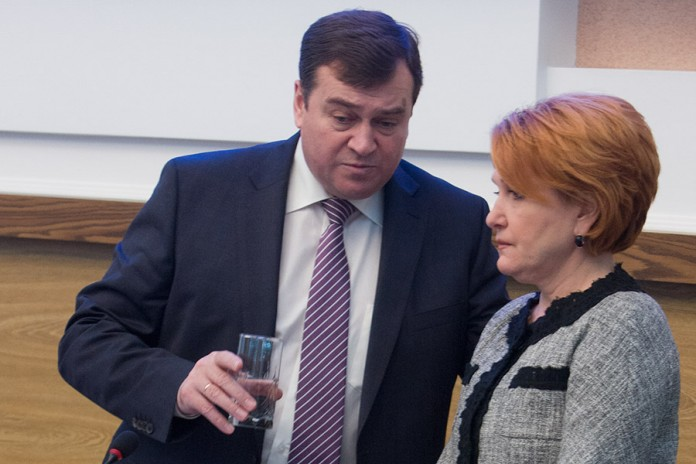 Могут ли и Александр Титков, и Надежда Болтенко в одно и то же время оказаться на руководящих должностях в правительстве Новосибирской области?