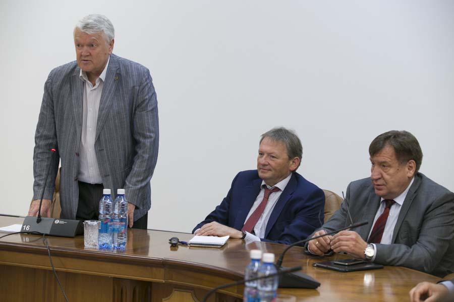 Борис Титов (в центре) и Иван Стариков (справа) на встрече с академиком Александром Асеевым (слева)