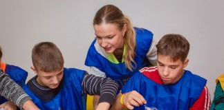 Волонтеры «Газпром нефти» организовали для детей научную лабораторию