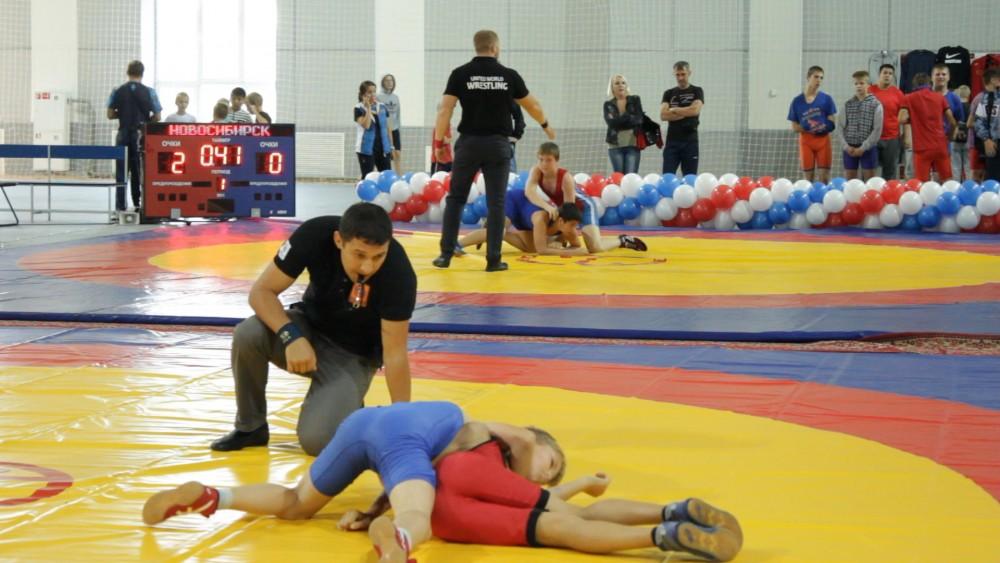 В микрорайоне «Чистая Слобода» в Новосибирске прошел турнир по вольной борьбе