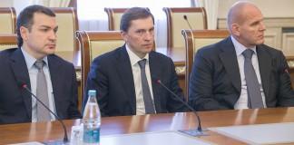 Единороссы-одномандатники Максим Кудрявцев, Виктор Игнатов, Александр Карелин (слева направо)