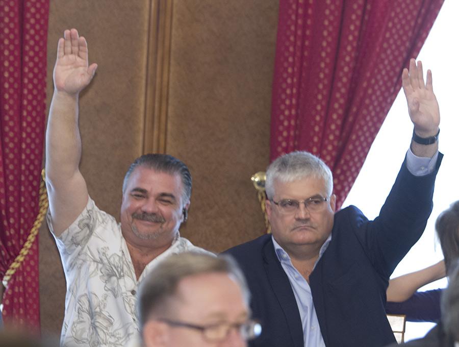 Валерий Науменко с дргугим ярким депутатом горсовета Новосибирска Вячеславом Илюхиным (слева направо) на сессиях сидят рядом