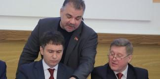 Валерий Науменко (в центре) порой проявляет свободомыслие в присутствии руководства горсовета Новосибирска (слева) или руководства города (справа)