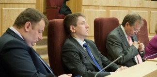 Представителем губернатора Новосибирской области на всех стадиях рассмотрения законопроекта является Роман Шилохвостов