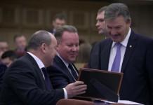 Игорь Шмидт (в центре) пояснил на сессии, что показатель прожиточного минимума устанавливается исходя из специальной методики, в соответствии с прогнозом, данных государственной статистики