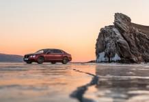 Один из проданных в Сибири автомобилей Bentley был зарегистрирован в Иркутской области. На фото - Bentley Flying Spur V8 в рамках мероприятия марки на льду Байкала. Фото компании Bentley