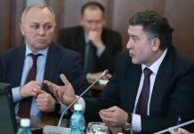 Андрей Шимкив (справа) задал вопрос Владимиру Знаткову (слева), кто ошибся на 43 млрд рублей