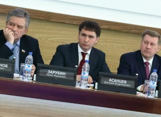 Документ, который представил на сессии спикер Дмитрий Асанцев (в центре) говорится о должности еще одного советника председателя