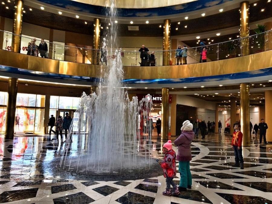 На первом этаже ТРЦ «Эдем» работает вмонтированный в пол фонтан. Фото - vk.com