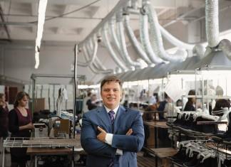 Директор группы компаний «Обувь России» Антон Титов в сборочном цехе на фабрике  в городе Бердске Новосибирской области