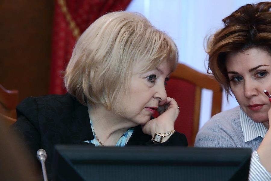 Нина Шалабаева (слева) рассказала, что с каждым годом количество обращений в ее ведомство увеличивается
