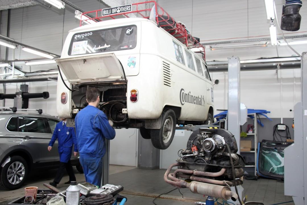 Колонна путешественников из Малайзии на раритетных автомобилях посетила Новосибирск