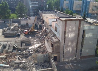 """Демонтаж здания, где находились областное автохозяйство и новосибирское отделение """"ЕР"""""""