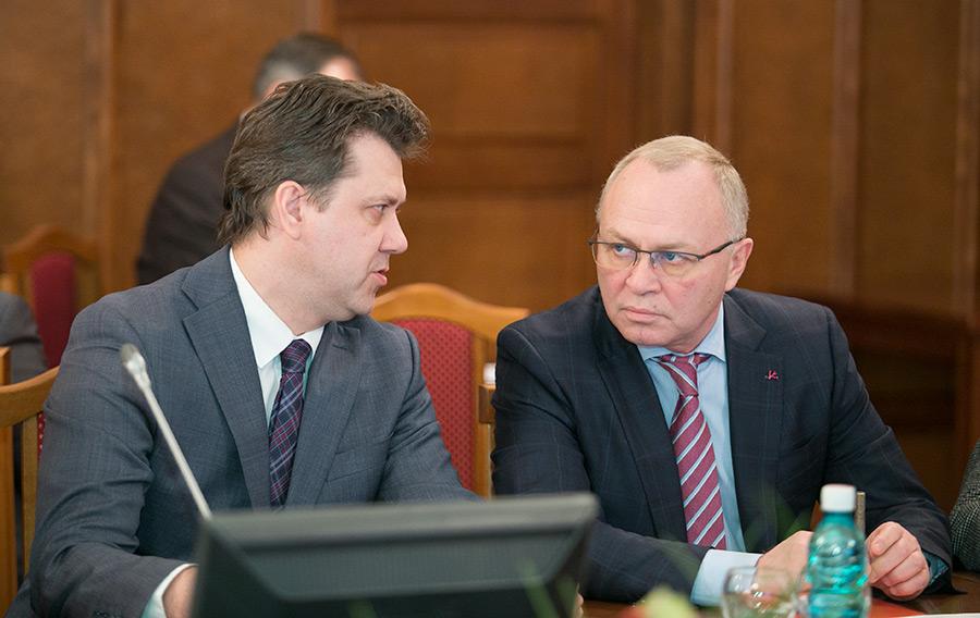 Заместитель председателя правительства Новосибирской области Владимир Знатков и министр финансов Новосибирской области Виталий Голубенко (справа налево)