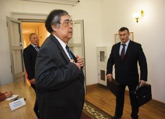 Слухи о возможном уходе Амана Тулеева (на фото в центре) с поста губернатора Кемеровской области по состоянию здоровья  в этот раз дошли до Кремля, однако оказались ложными, хотя и небезосновательными. Фото из архива «КС»