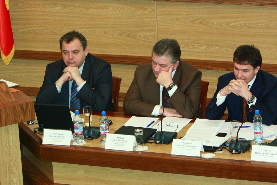Спикер совета депутатов Новосибирска Дмитрий асанцев и вице-спикеры Юрий Зарубин и Ренат Сулейманов (справа налево)