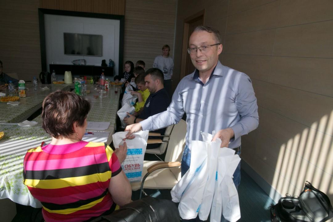 После экскурсии ребята поделились своими впечатлениями за чаем с тортиком. Подарки от компании «Обувь России» стали заключительным приятным бонусом.