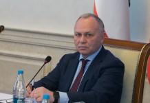 Первый заместитель председателя правительства Новосибирской области Владимир Знатков (на фото) рассудил, что для урегулирования вопроса между операторами связи и властями необходимо попытаться сформулировать предложение федеральным законодателям
