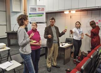 Руководитель Школы социального предпринимательства «Новотерра» Евгений Дубровин (в центре)  отмечает, что ни один проект в сфере социального предпринимательства в Новосибирске не открылся при участии государственного финансирования