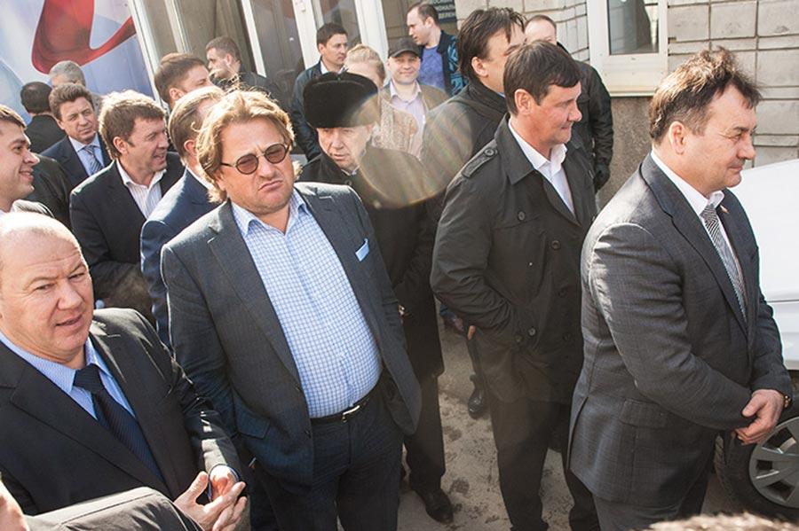 Дмитрий Терешков (второй слева) и Игорь Салов второй справа.