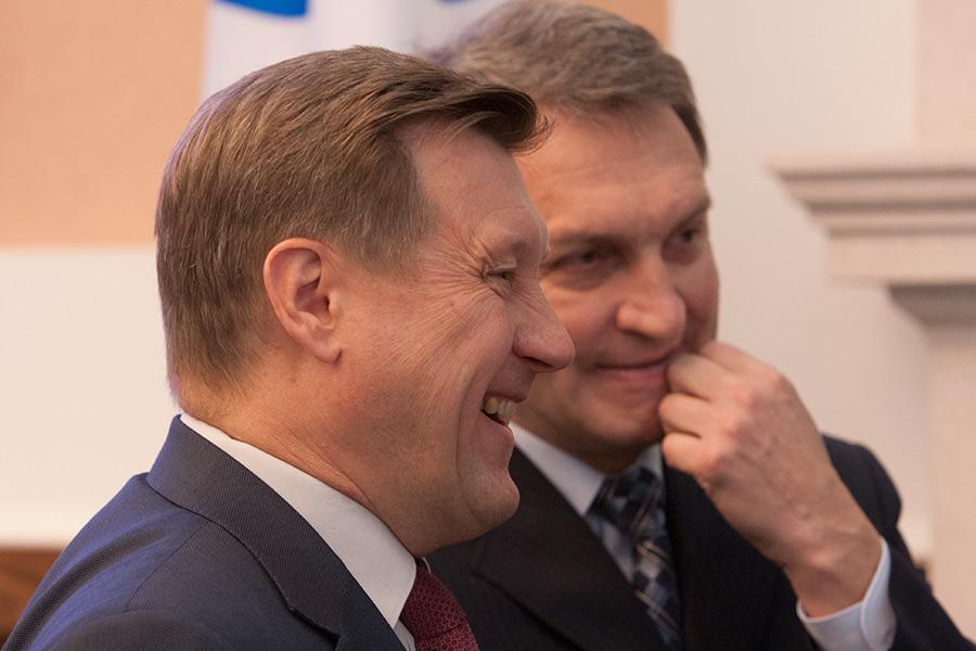 Сергею Клестову (на фото справа), советнику мэра Новосибирска Анатолия Локтя (на переднем плане) удалось одержать победу на округе.