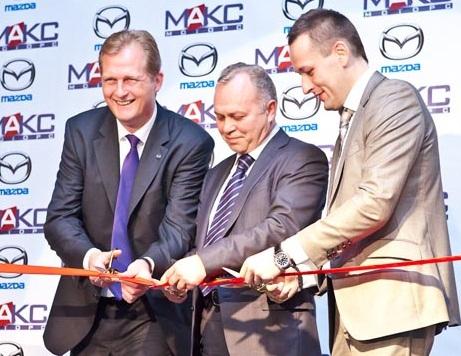 Владимир Знатков (в центре) на открытии дилерского центра «МАКС Моторс» на Немировича-Данченко вместе с Андреем Брылевым (справа), который занимал пост коммерческого директора «МАКС Моторс», и Йоргом Шрайбером, главой российского представительства Mazda (слева).