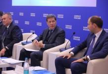 Заместитель председателя Государственной думы РФ Александр Жуков (в центре) отметил, что в НСО успешно реализуется больше партийных проектов ЕР, чем в других регионах страны.