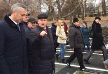 Анатолий Локоть (справа) провёл экскурсию для Андрея Травникова (слева). Фото автора