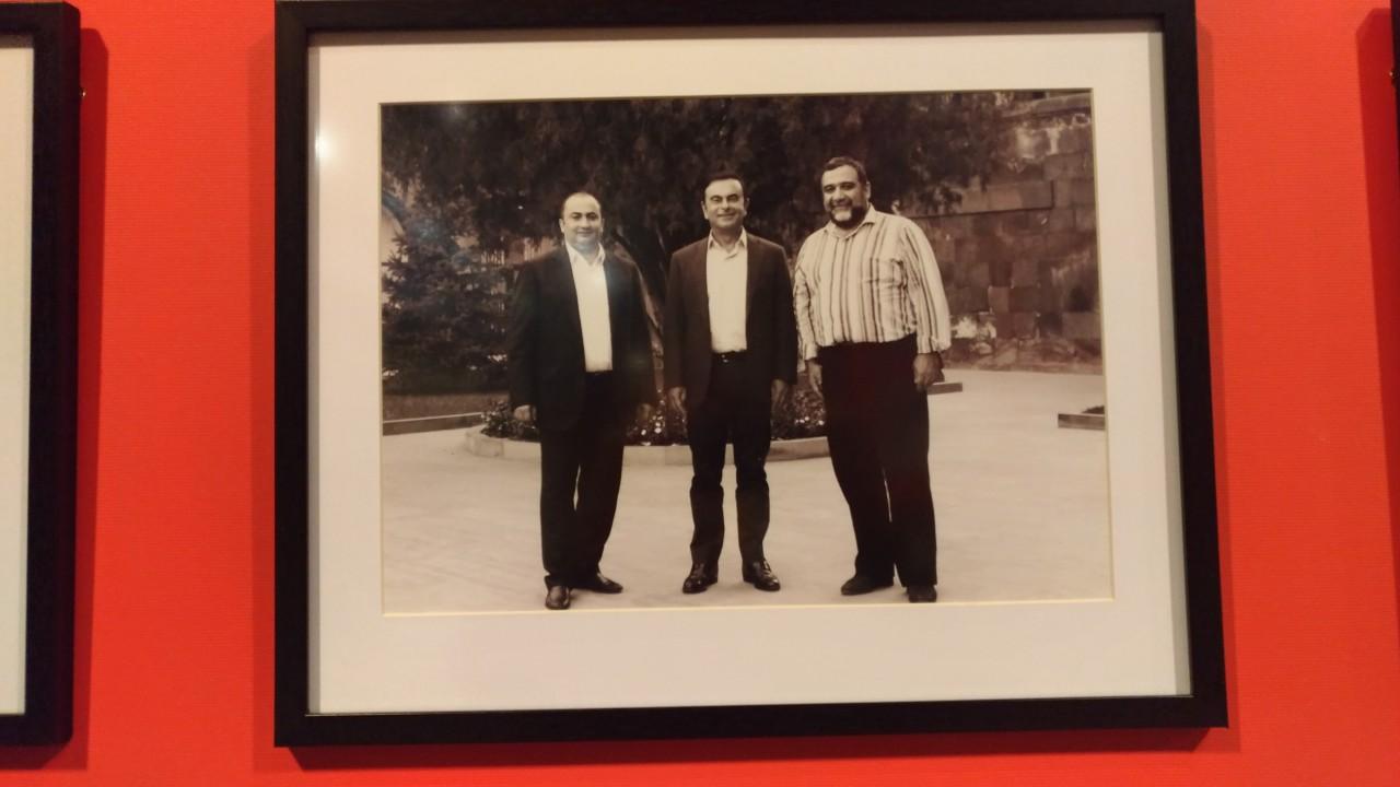 Завод Арарат в Ереване - место, мимо которого нельзя пройти мимо. Среди гостей, побывавших на заводе в том числе глава альянса Renault-Nissan Карлос Гон (в центре).
