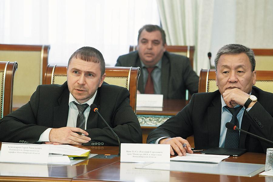На фото слева направо: руководитель департамента по тарифам Новосибирской области Гарей Асмодьяров, врио министра ЖКХ и энергетики Новосибирской области Евгений Ким
