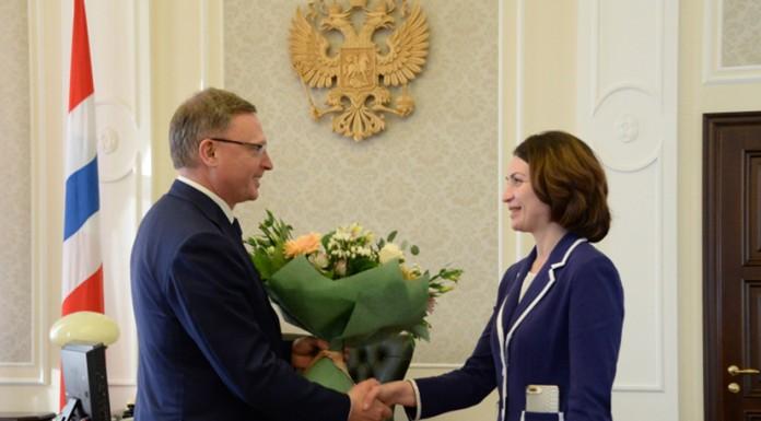 Александру Буркову (слева) удалось пролоббировать назначение на пост мэра Омска Оксаны Фадиной (справа). Фото: омскрегион