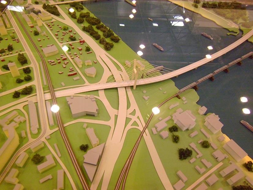 Макет Центрального моста Проектное решение вантового участка правобережного подхода на Южной площади вызывает вопросы многих наблюдателей