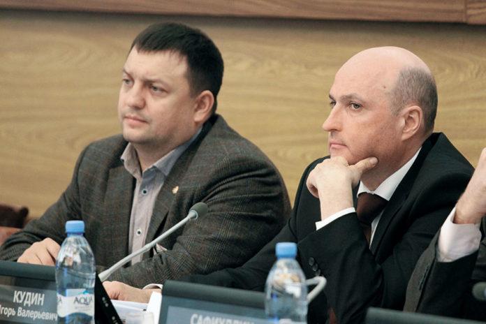 На фото слева — председатель комиссии по градостроительству городского Совета депутатов Дмитрий Дамаев