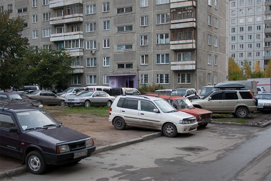 Город не видно из-за припаркованных машин