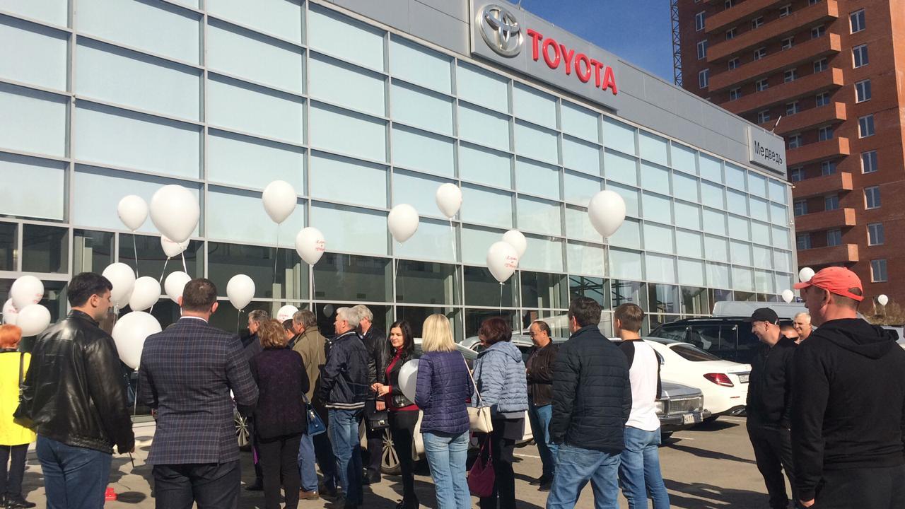 Клиенты экс-дилера Toyota в Красноярске провели акцию протеста на открытии нового салона марки - Фотография