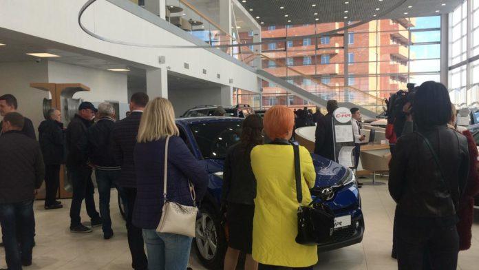 Миниатюра для: Клиенты экс-дилера Toyota в Красноярске провели акцию протеста на открытии нового салона марки
