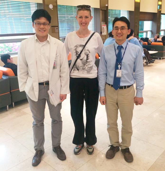 Гостья ИнтерСервиса с корейскими хирургами, которые провели успешную операцию