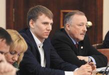 Депутат городского Совета Новосибирска Игорь Атякшев (слева)