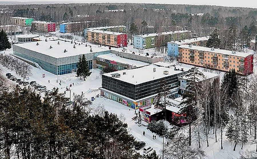 Входы и выходы двух новосибирских торговых центров опечатали приставы
