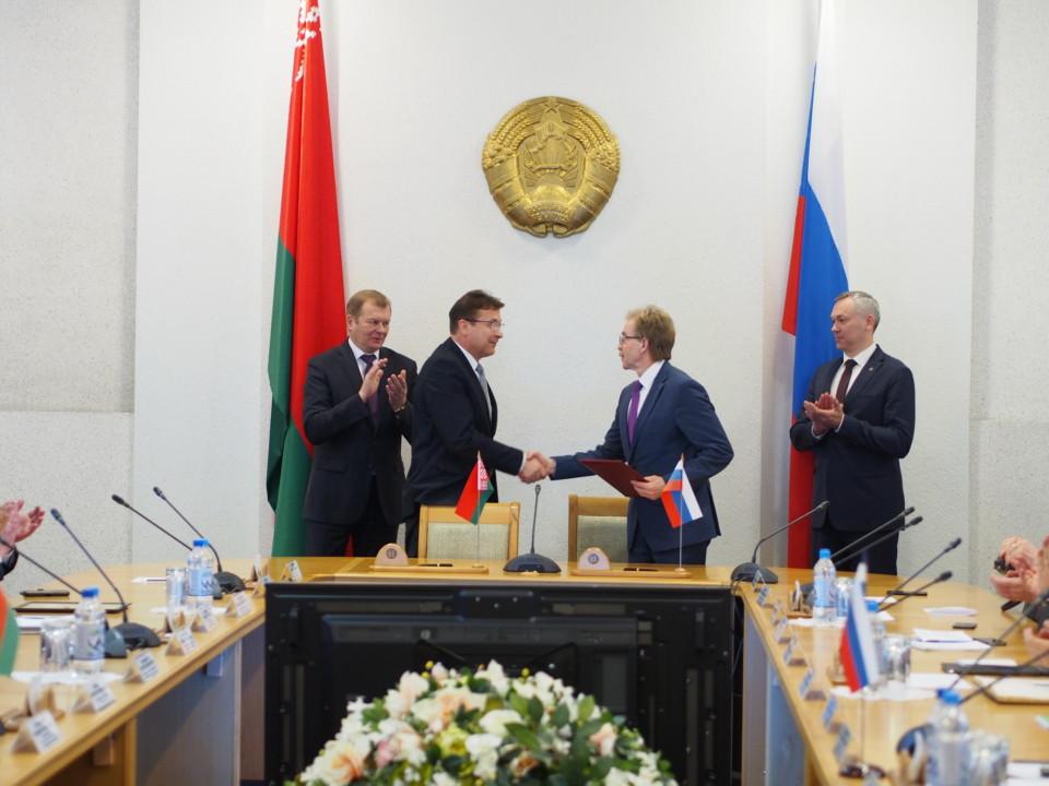 Андрей Травников и Владимир Доманевский обсудили увеличение товарооборота между регионами