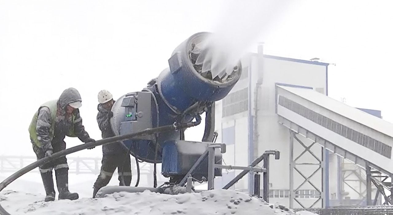 Для подавления пыли на кузбасском угольном предприятии начали использовать снегогенераторы