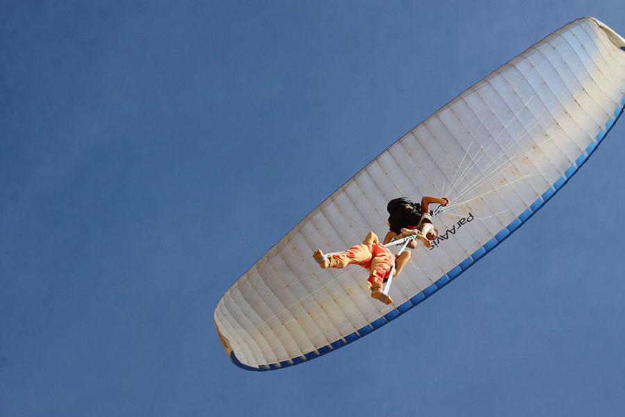 пилот Александр Орлов во Вьетнаме на параплане поднялся в воздух с воздушной гимнасткой Анжелой Кулагиной
