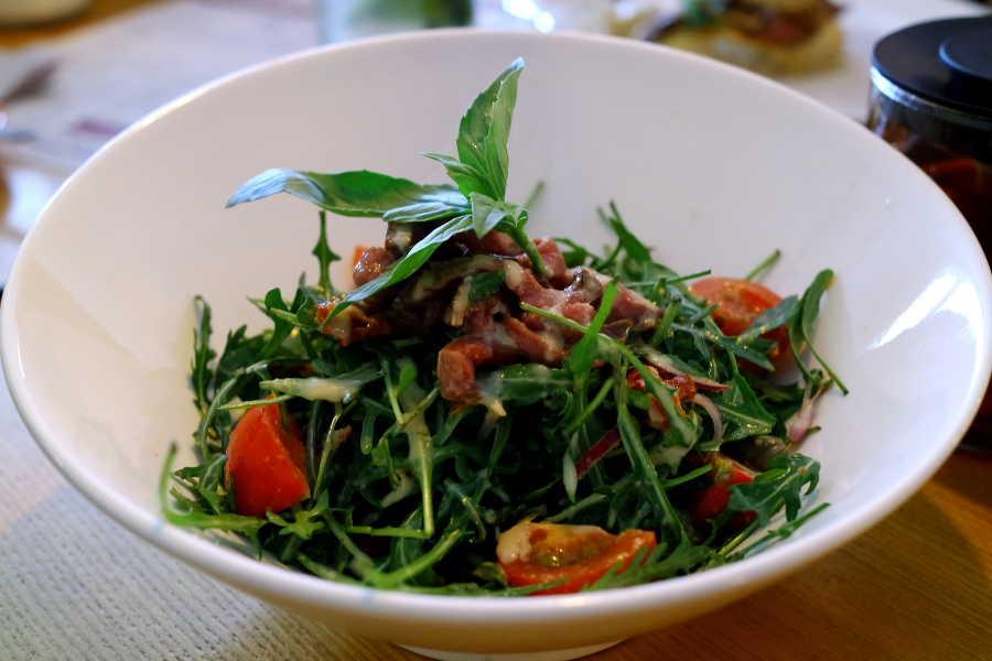 Салат с рукколой, ростбифом и вялеными томатами